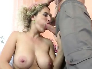 Hottie mature mom fucked by lucky young stud